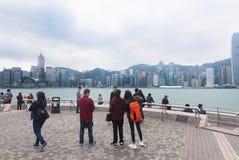 Mirada de los turistas en Victoria Harbour, Hong Kong Imagen de archivo libre de regalías