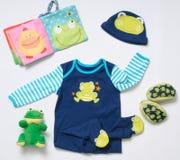 Mirada de moda de la moda de la visión superior de la ropa del bebé y de la rana divertida Fotografía de archivo