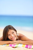 Mirada de pensamiento de la mujer de la playa para arriba Imágenes de archivo libres de regalías