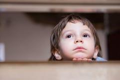Mirada de pensamiento del niño pequeño triste para arriba Fotos de archivo libres de regalías