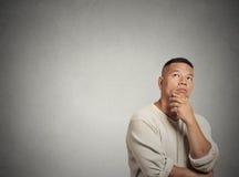 Mirada de pensamiento envejecida centro del hombre para arriba Foto de archivo libre de regalías