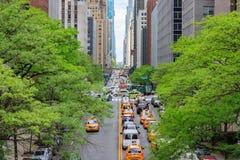 Mirada de tráfico a lo largo de la 42.a calle en Manhattan, Nueva York imágenes de archivo libres de regalías