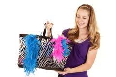 Mirada del bolso de compras de la muchacha abajo Fotos de archivo