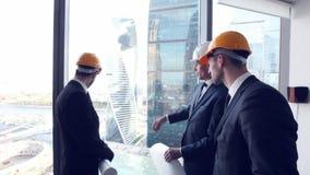 Mirada del equipo de los arquitectos en los rascacielos metrajes