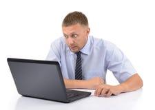 Mirada del hombre de negocios en la computadora portátil de la pantalla Imagen de archivo libre de regalías
