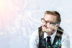 mirada del hombre de negocios en una blanco con los dardos que golpean el centro encima Fotos de archivo