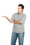 Mirada del hombre a mano del Latino que exhibe el producto V Foto de archivo