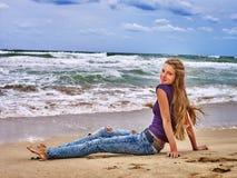 Mirada del mar de la muchacha del verano en el agua Foto de archivo
