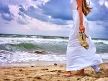 Mirada del mar de la muchacha del verano en el agua Fotografía de archivo
