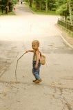 Mirada del niño detrás. Foto de archivo libre de regalías