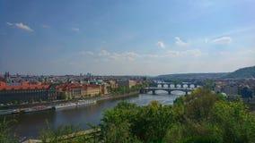 Mirada del paisaje urbano de Praga, parque de Letna fotografía de archivo