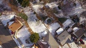 Mirada del plumón recto en vecindad típica de la correa del moho en invierno metrajes