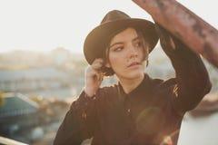 Mirada del retrato de la mujer del estilo de la calle de la mirada de la moda Fotografía de archivo libre de regalías
