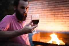 Mirada del Sommelier en el vidrio con el vino rojo; Fotos de archivo libres de regalías