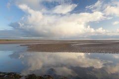 Mirada del terraplén santo de la isla al norte northumberland inglaterra Reino Unido Imagen de archivo libre de regalías