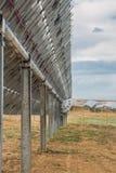 Mirada detrás de los paneles solares múltiples imagen de archivo libre de regalías