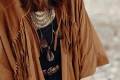 Mirada elegante de la mujer del boho muchacha gitana del inconformista en ingenio de la chaqueta de la franja foto de archivo