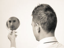 Mirada en el espejo y reflejo Foto de archivo