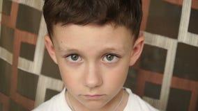Mirada en el muchacho de la cámara con los ojos grandes metrajes