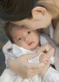 Mirada en los ojos del bebé Imagenes de archivo