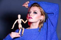 Mirada expresiva Modelo de manera en alineada de oro Cara ahumada del maquillaje de los ojos de la muchacha llevar el maniqu? de  imagenes de archivo
