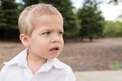 Mirada exterior del retrato joven del niño al lado Fotos de archivo