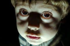 Mirada fantasmagórica del niño Fotos de archivo
