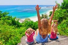 Mirada feliz de la familia en la resaca del mar en la playa blanca de la arena Imagen de archivo libre de regalías
