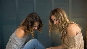 Mirada feliz de la mujer joven dos en la tableta y la risa almacen de video