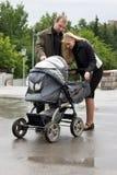 Mirada feliz de los padres en el bebé. Fotografía de archivo libre de regalías