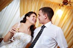 Mirada feliz de novia y del novio de la mirada Fotografía de archivo