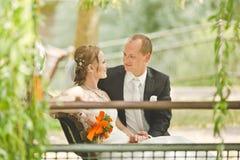 Mirada feliz del novio y de la novia en uno a Imagenes de archivo