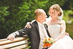 Mirada feliz del novio y de la novia en uno a Fotografía de archivo