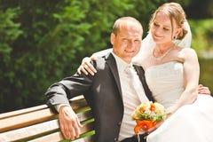 Mirada feliz del novio y de la novia en uno a Fotos de archivo