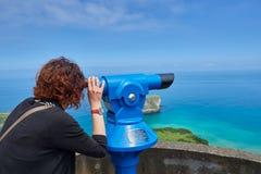 Mirada femenina en alcance del campo en el mar Fotos de archivo