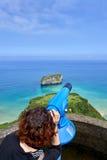 Mirada femenina en alcance del campo en el mar Fotografía de archivo libre de regalías