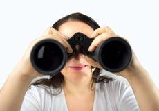 Mirada femenina a través de los prismáticos Fotos de archivo