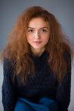 Mirada fija de la muchacha del pelo del jengibre del retrato Imagenes de archivo