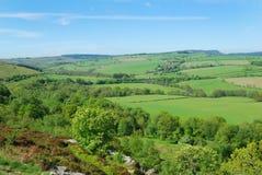 Mirada hacia el pueblo y las colinas de Eglingham fotos de archivo libres de regalías