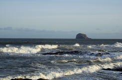 Mirada hacia fuera a Bass Rock fotos de archivo
