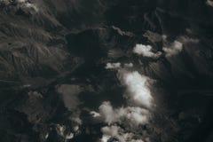 Mirada hacia fuera de una ventana del aeroplano, concepto para el photoshop imagenes de archivo
