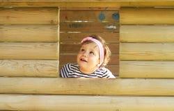 Mirada hacia fuera del bebé de la ventana Imagenes de archivo