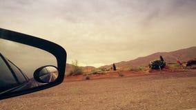 Mirada hacia fuera del espejo lateral en la conducción de automóviles almacen de video