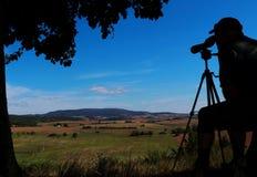 Mirada hacia fuera sobre los campos y las montañas imagenes de archivo