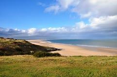 Mirada hacia la bahía y Lindisfarne de Budle foto de archivo libre de regalías