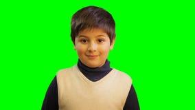 Mirada hermosa joven del muchacho del niño a la cámara almacen de video