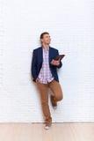 Mirada ideal del hombre de negocios para arriba para copiar el espacio usando la tableta Fotografía de archivo