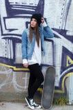 Mirada joven de la muchacha del skater lejos Imagenes de archivo