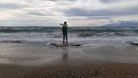 mirada a la tormenta del mar fotos de archivo