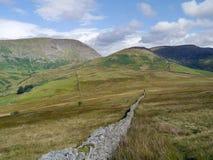 Mirada a lo largo de la pared al paso de Kirkstone Foto de archivo libre de regalías